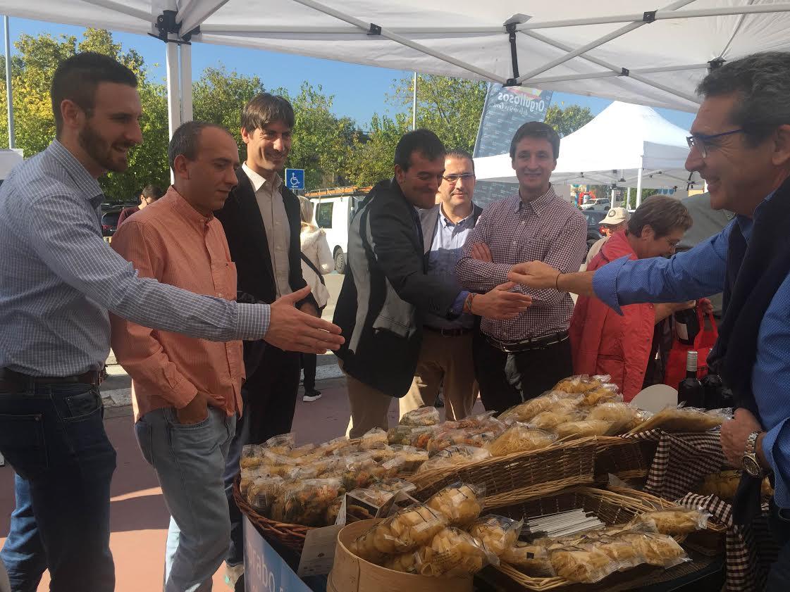 Autoritats locals saluden al responsable de Pastes Sanmartí, un dels participants a la fira celebrada a Caldes