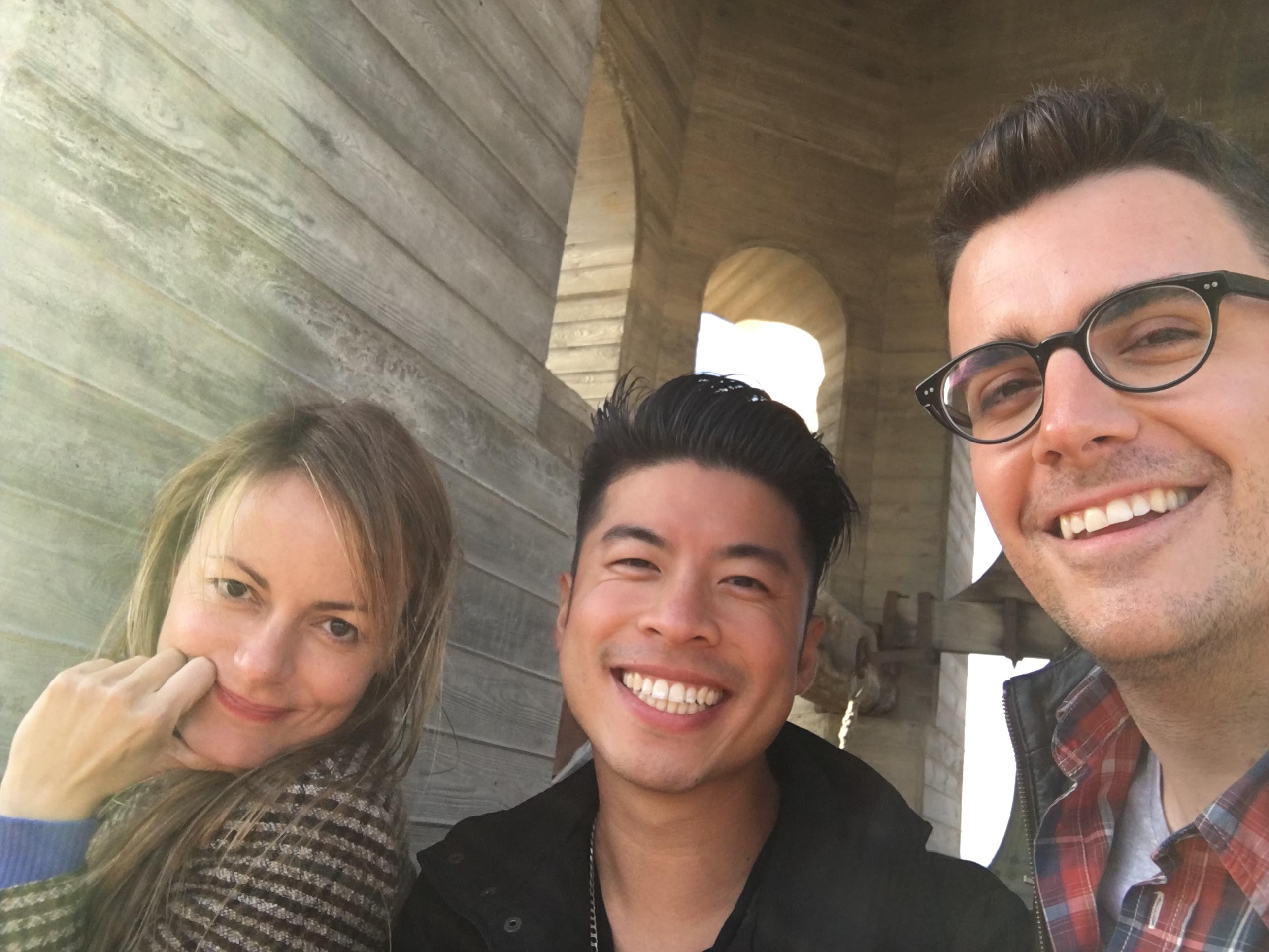 Ivana Miño, Gareth Pon i Marc Güell durant la ruta per la ciutat de Vic