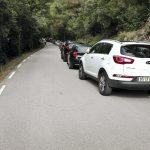 Cotxes mal aparcats el cap de setmana passada en una via principal del Montseny