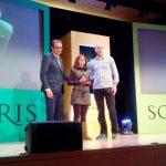 Mari Pau Navarro, treballadora de La Tavella, i Jordi Llauradó, gerent de La Tavella, reben el premi de l'ONCE  de mans del conseller de Territori i Sostenibilitat de la Generalitat de Catalunya, Josep Rull