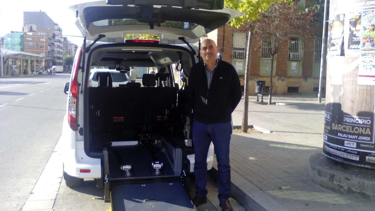 Rafael González al costat del taxi adaptat
