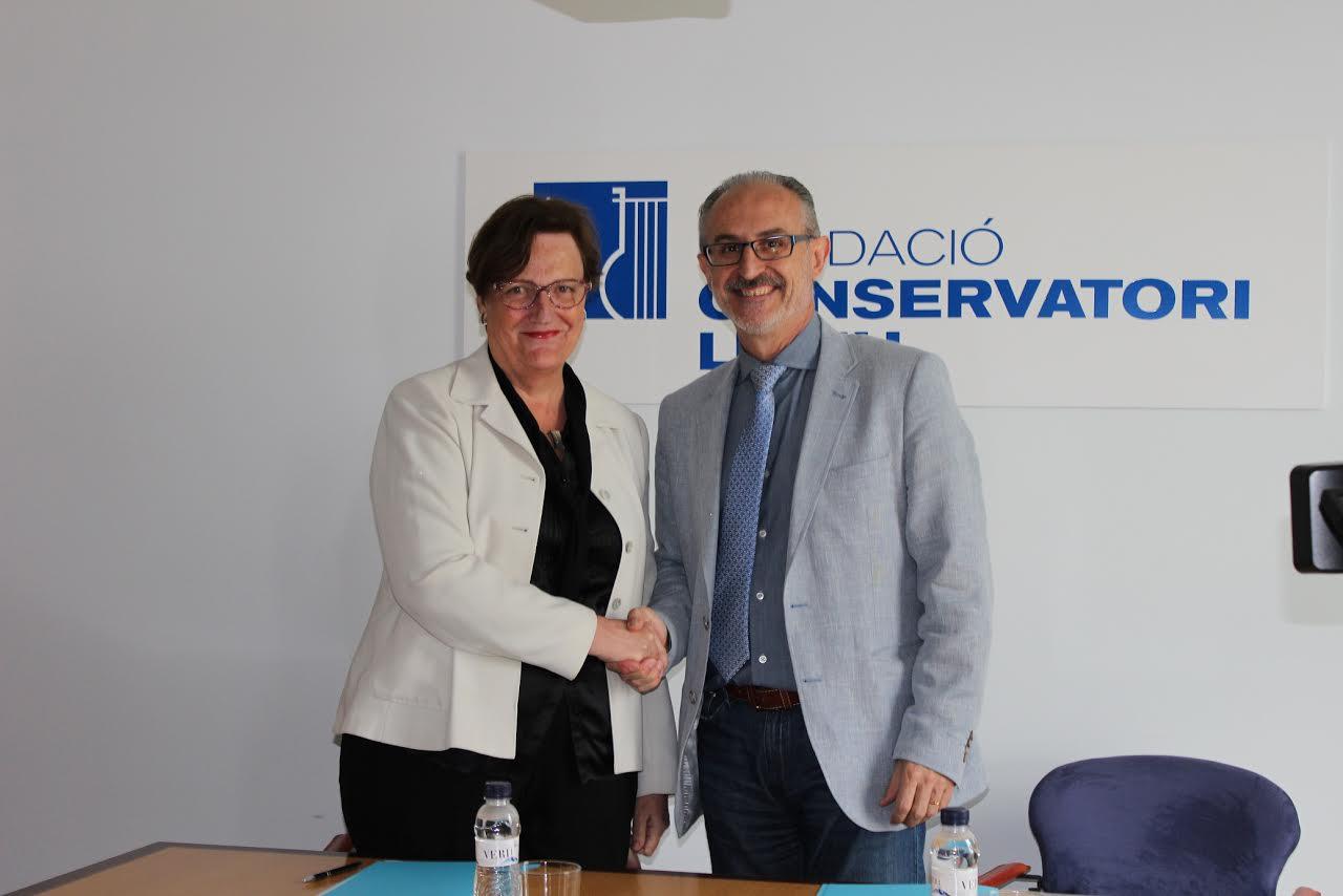 Maria Serrat, directora general del Conservatori del Liceu, i Josep Monràs, alcalde de Mollet, en la signatura de l'acord