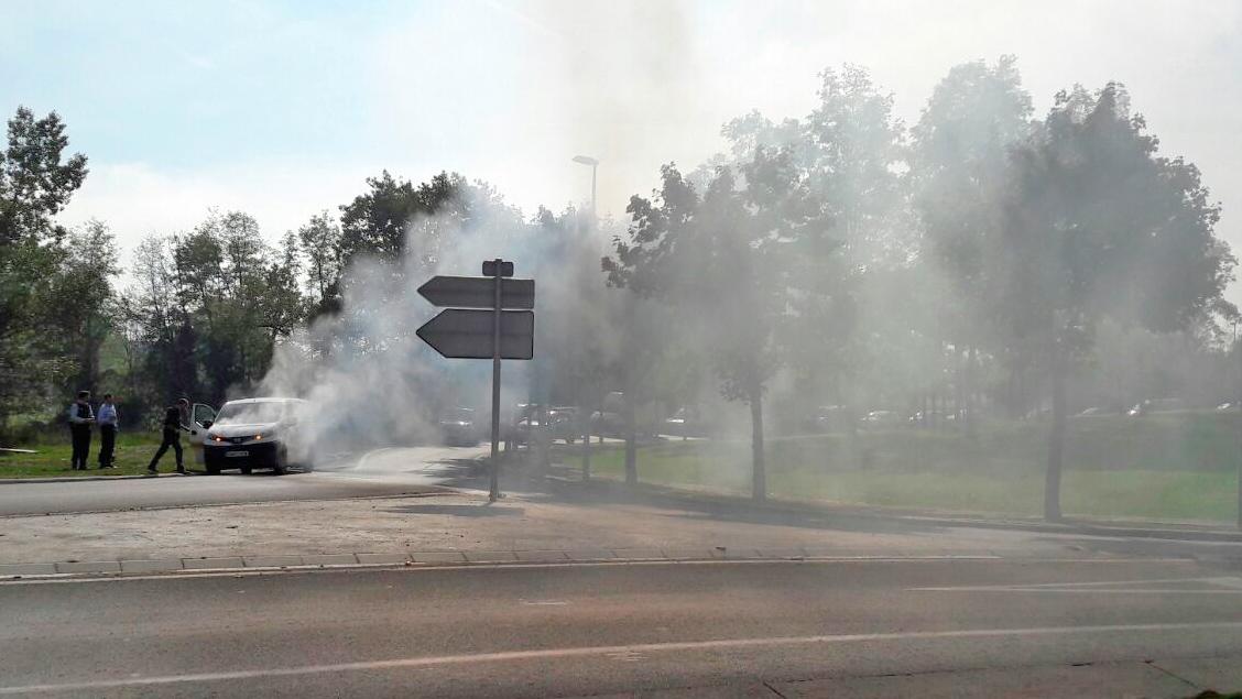 Una furgoneta ha deixat una gran fumera al giratori del polígon Malloles