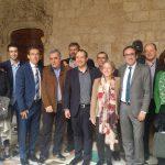 Foto de família d'alcaldes i autoritats osonenques amb el conseller de Territori, Josep Rull, aquest dimecres al migdia a la Generalitat