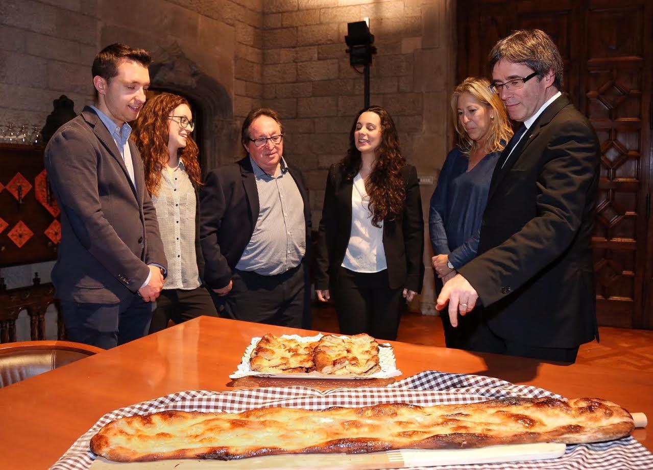 Puigdemont i Munté amb representants de la família Prat durant la recepció oficial