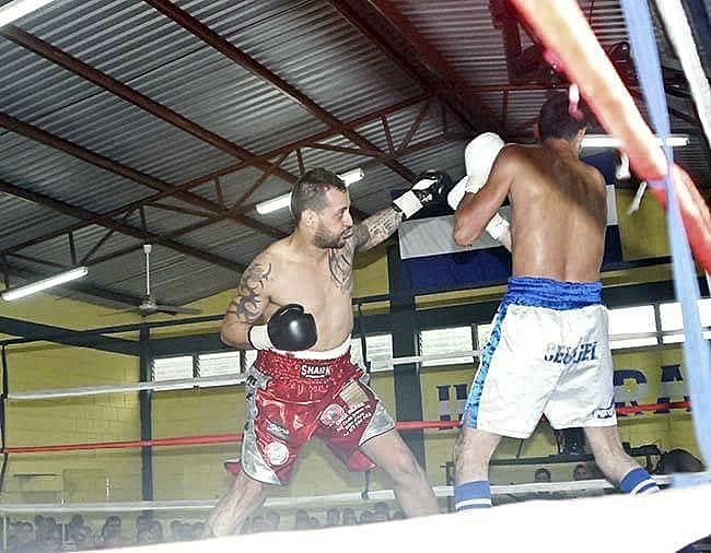 'Che' Molina, a l'esquerra, en un combat