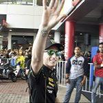 Pol Espargaró saluda els aficionats en l'últim gran premi, a Malàisia