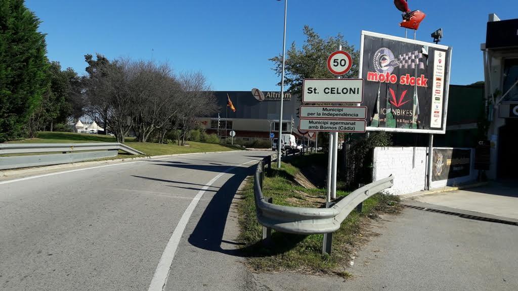 L'accés a Sant Celoni des de la C-35 indica l'adhesió del municipi a l'AMI