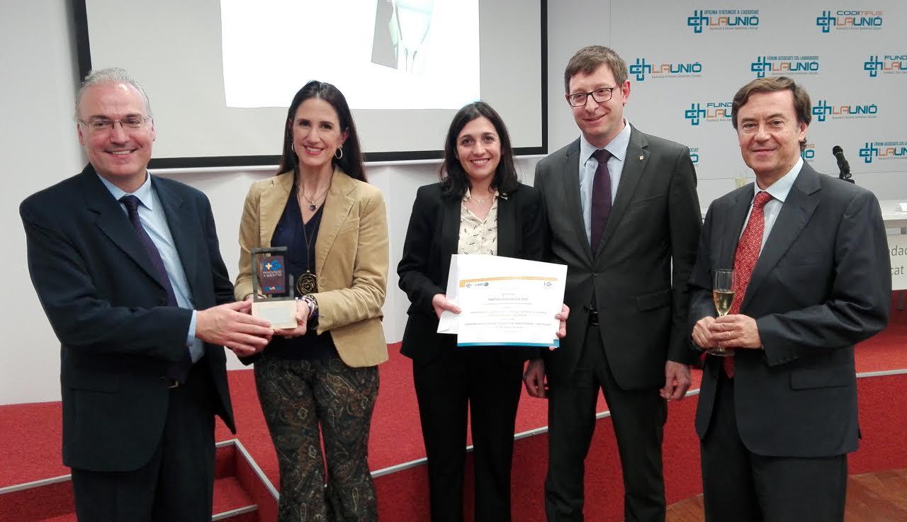La doctora Blanca Navarro i la treballadora social Elena Sánchez, del centre de Benito Menni a Granollers, van recollir el premi de mans de representants de la Unió Catalana d'Hospitals en presència del conseller Carles Mundó, segon per la dreta.