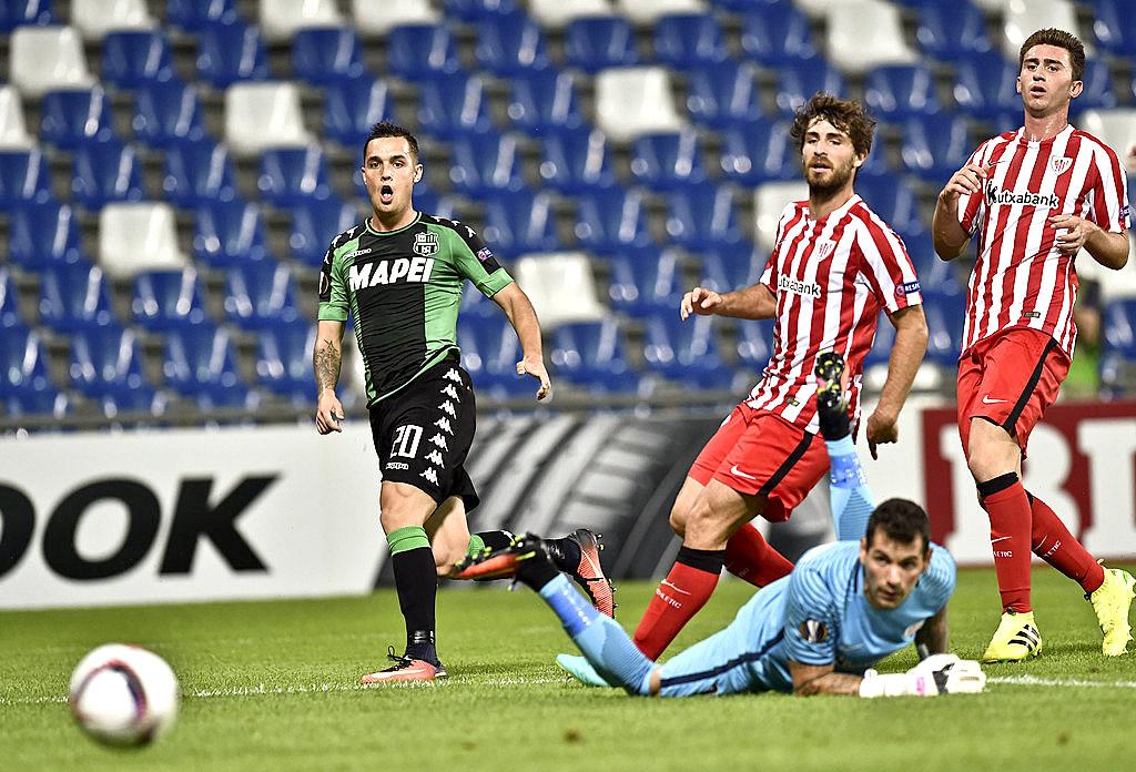 Pol Lirola bat el porter del Bilbao Herrerín en la jornada inaugural de l'Europa League
