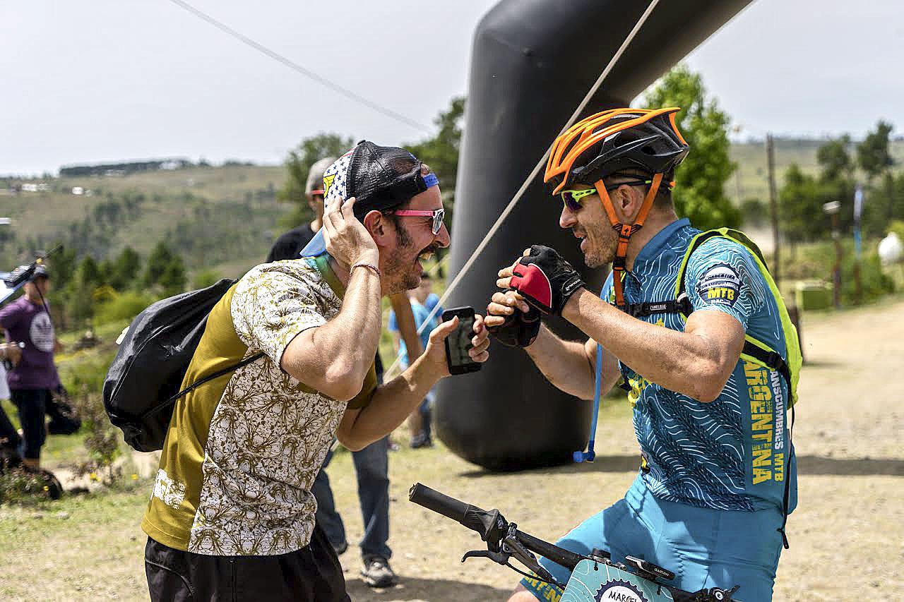 Jep González (esquerra) rep Marcel Farrés al final d'una etapa de la Transcumbres