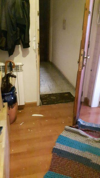 L'estat en què ha quedat la porta de l'habitatge