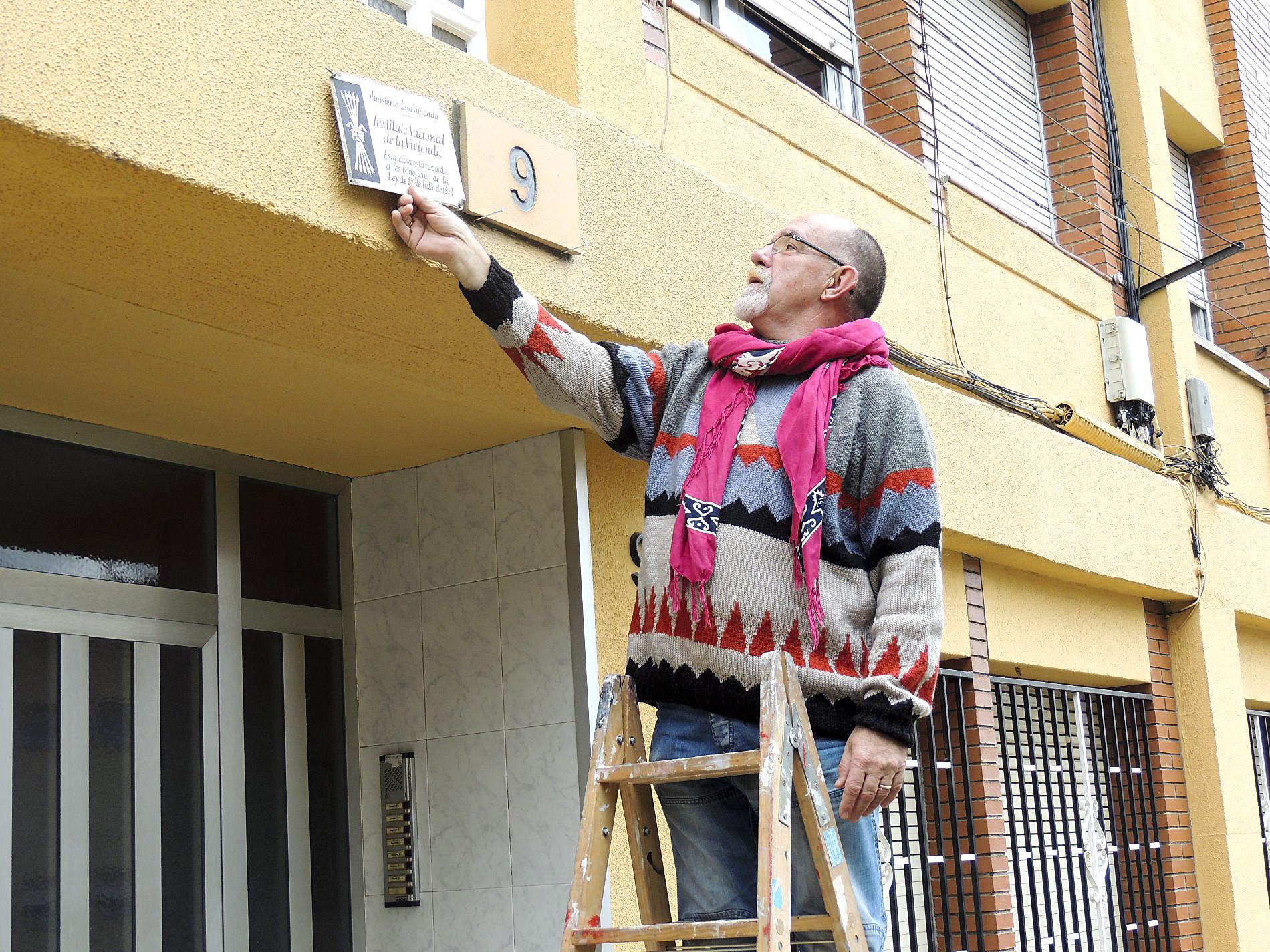 Serra despenja una de les plaques franquistes