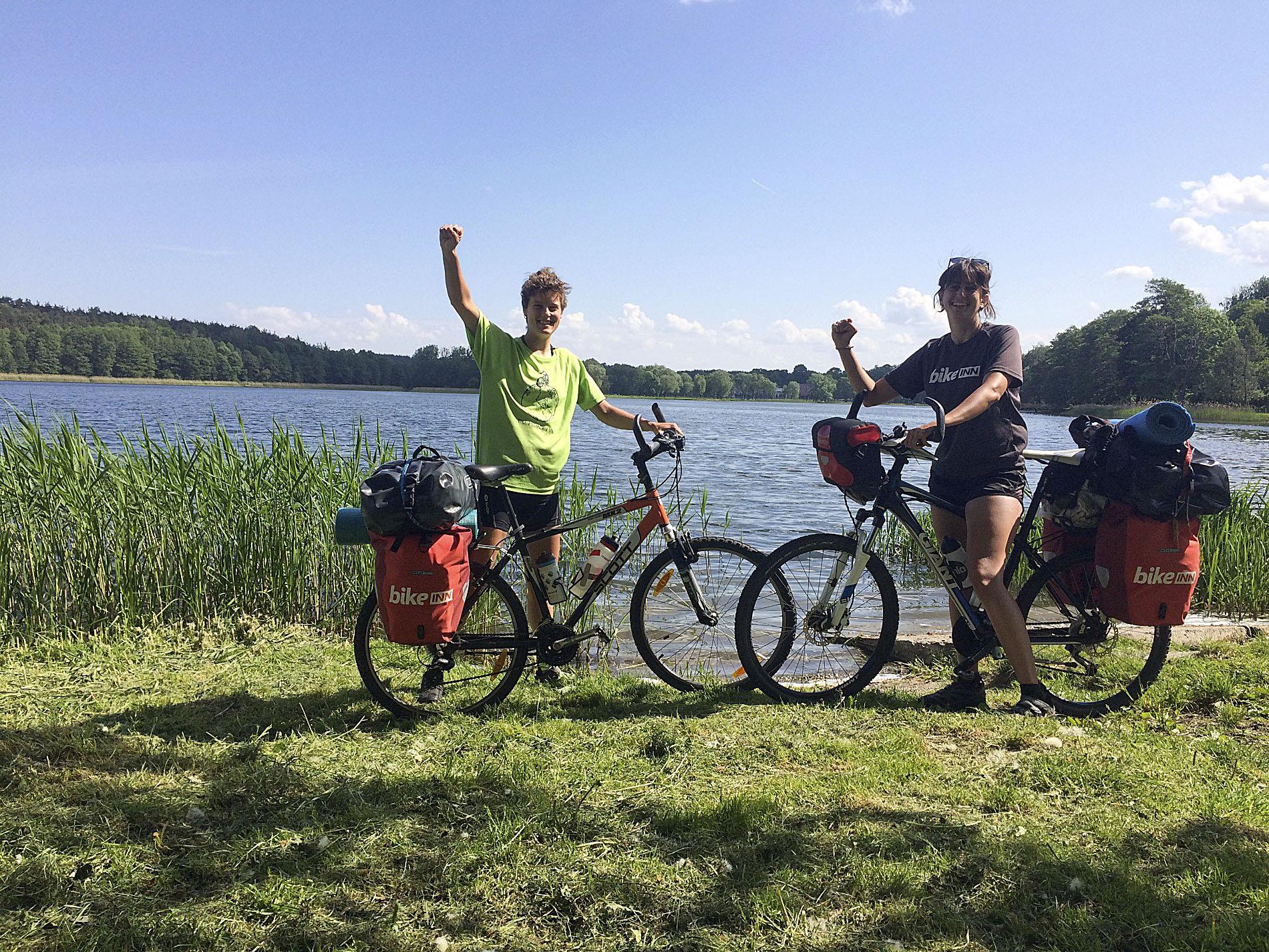 D'esquerra a Dreta, Paula Codony i Míriam Comas durant el viatge, en un llac d'Eslovènia