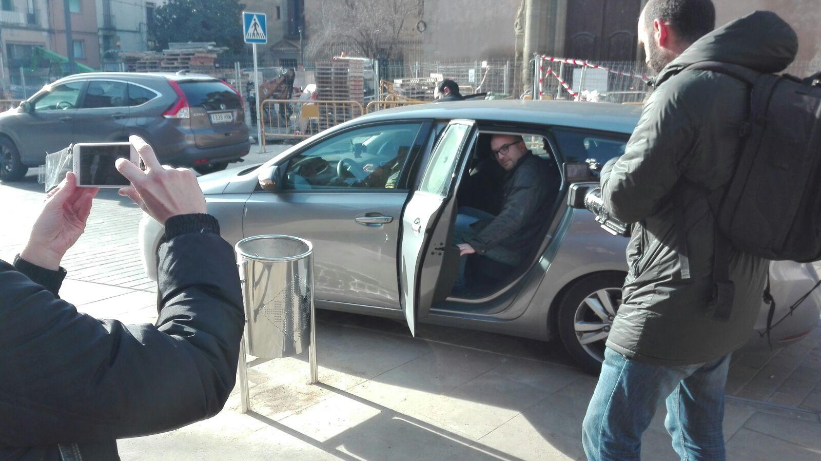 Joan Coma pujant a dins del cotxe aquest matí que el porta detingut cap a Madrid