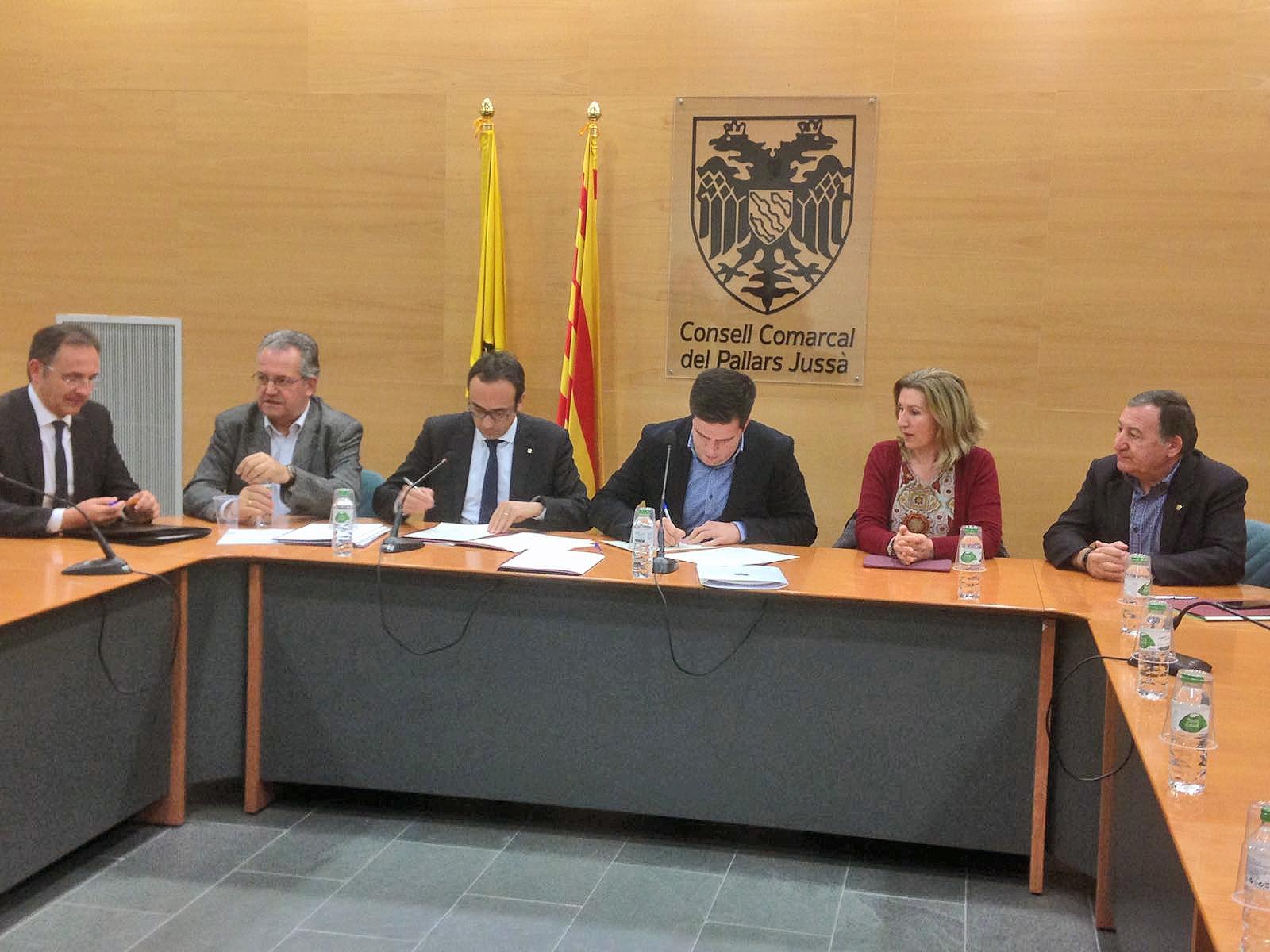 El conseller Josep Rull i el president del Consell Comarcal, Joan Manso, firmant l'acord