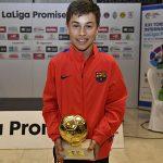 Adrià Capdevila amb el trofeu que l'acredita com a MVP