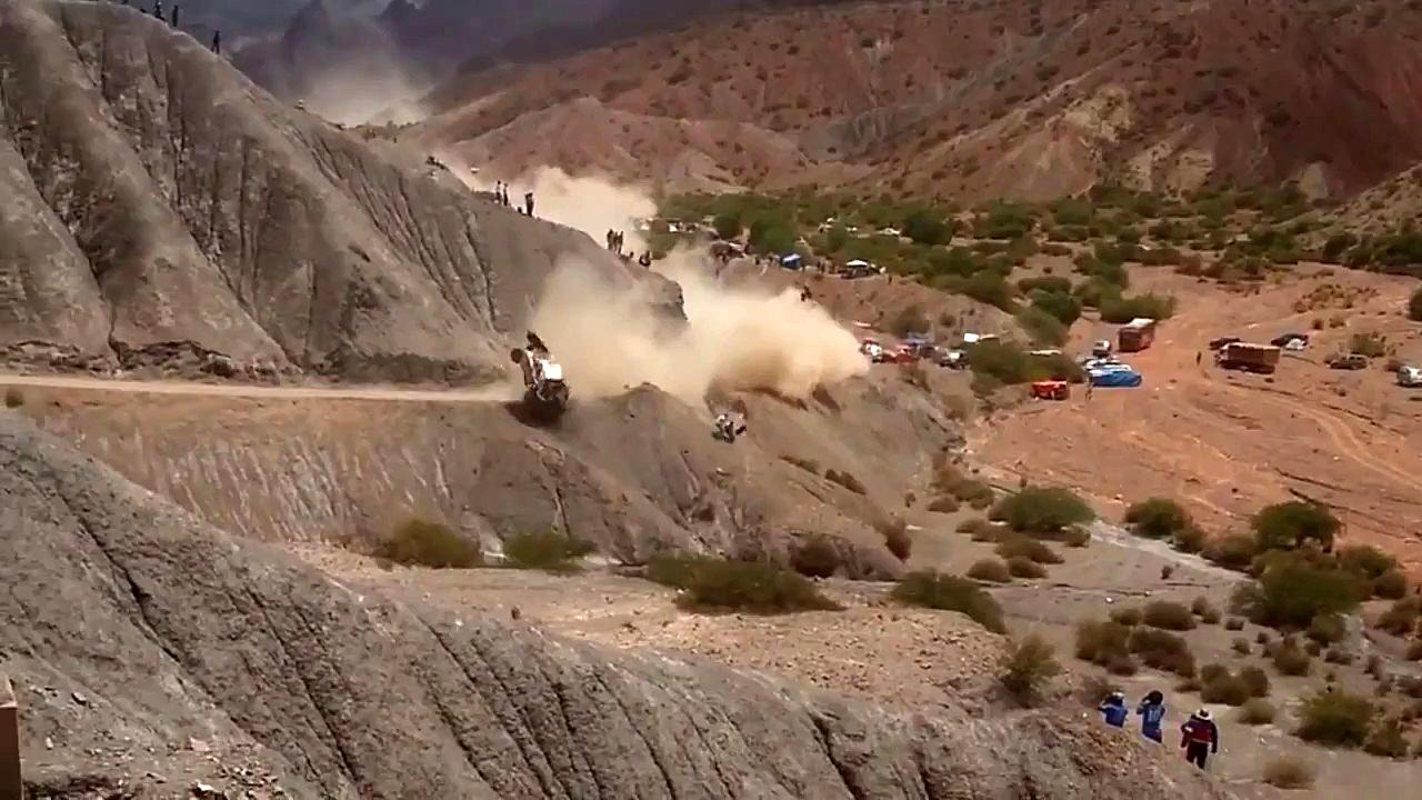 El Peugeot de Carlos Sainz i Lucas Cruz cau pel terraplè després de donar diverses voltes de campana