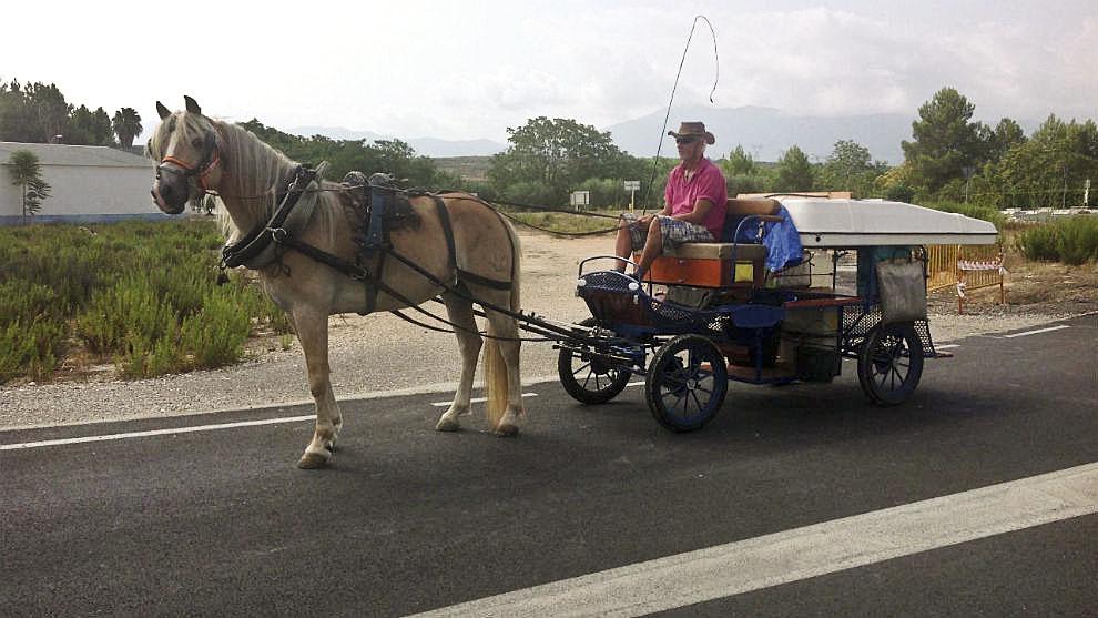 Rafa Tornabell, amb el carro i el cavall amb què recorrerà els 1.100 quilòmetres entre Santa Eulàlia i el Rocío