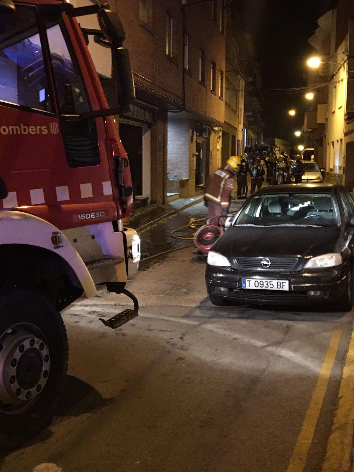 Els bombers treballant aquest divendres de matinada al carrer Barcelona