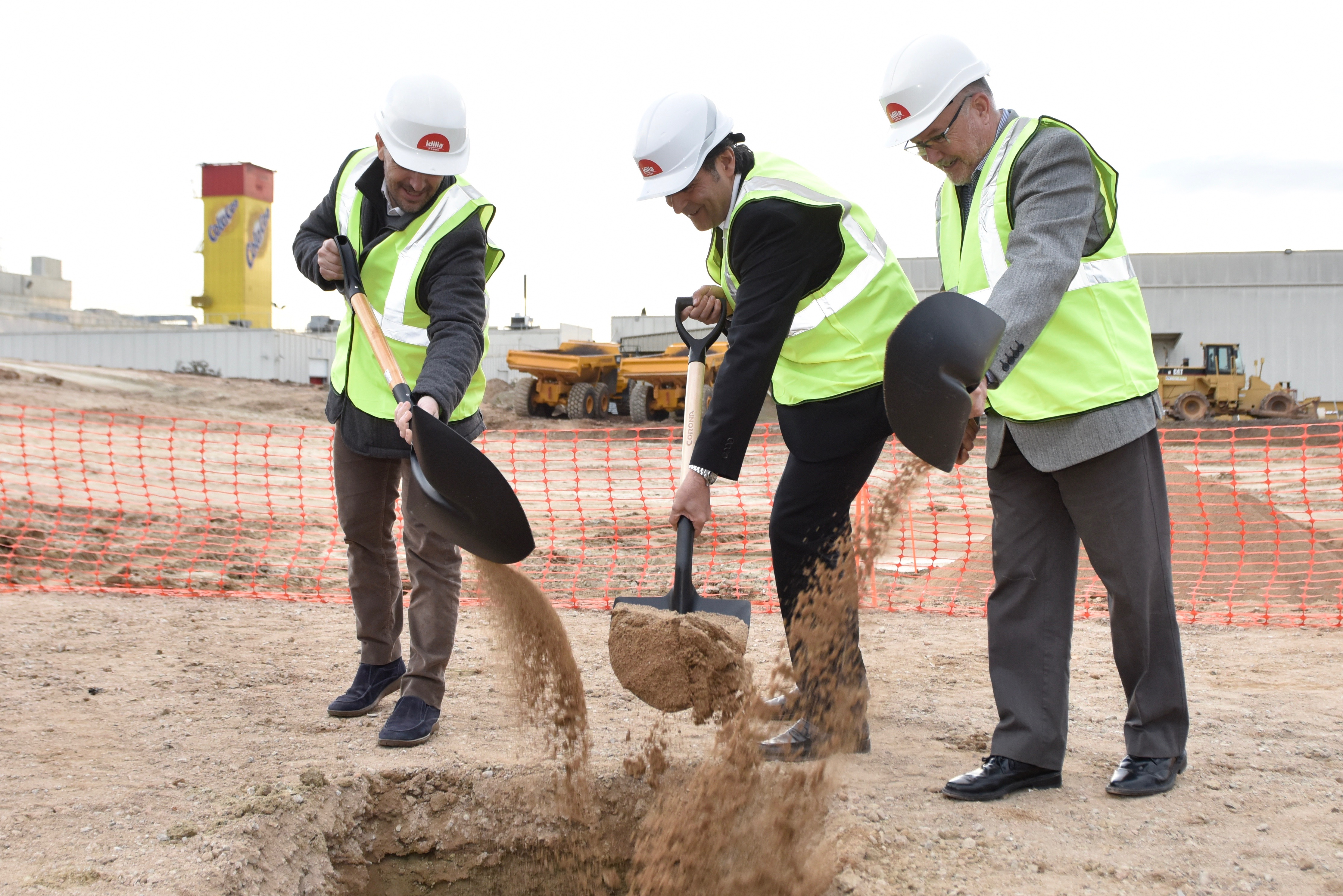 Directius d'Idilia i l'alcalde de Parets posen la primera pedra de l'ampliació