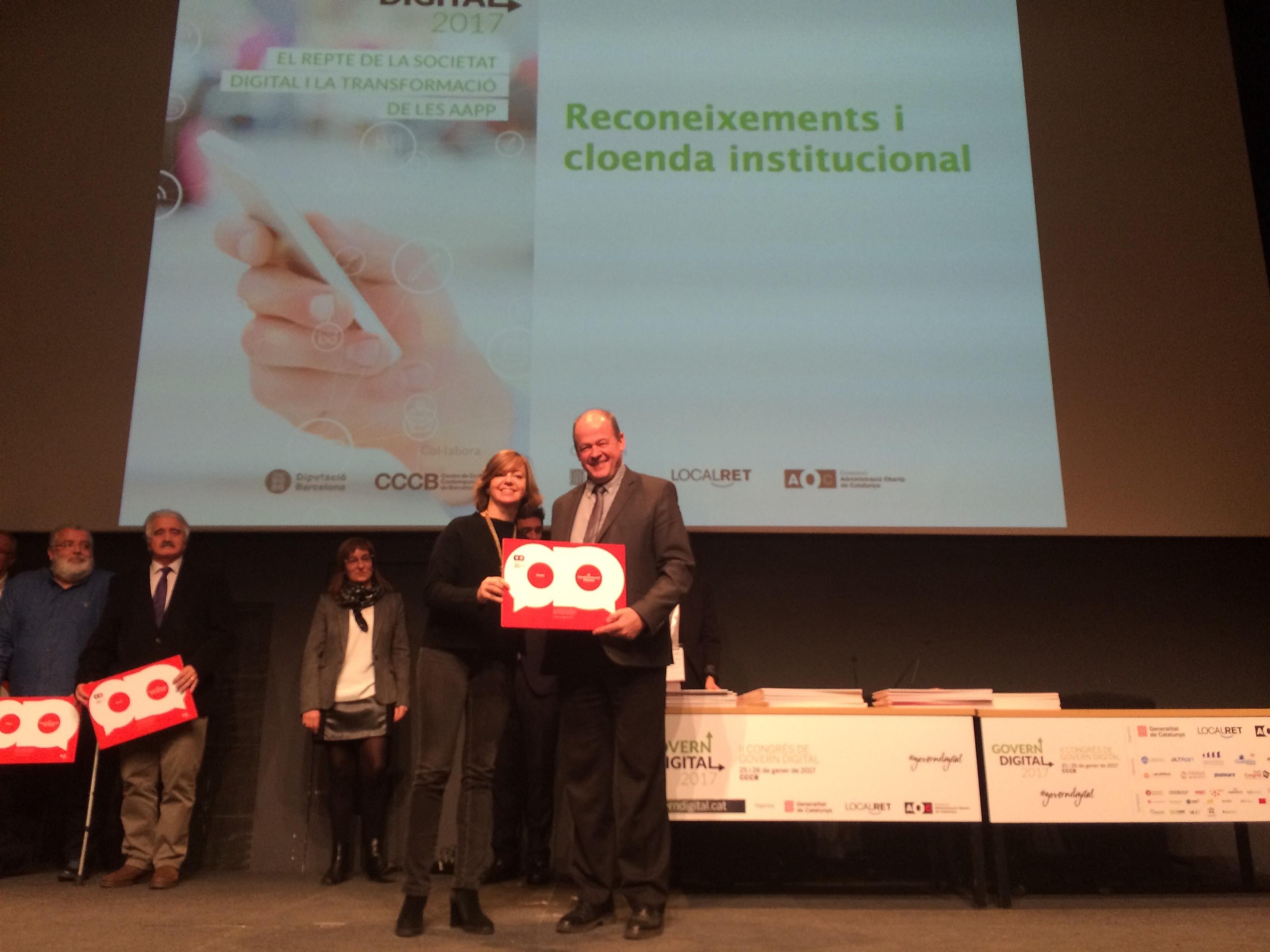 El president del Consell Comarcal d'Osona, Joan Roca i la consellera de Governació, Administracions Públiques i Habitatge, Meritxell Borràs.