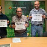 El coordinador comarcal d'UP, Quim Cassà, el membre del secretariat de l'organització, Vicenç Compte, i el responsable metropolità, Francesc Bancells, mostren un cartell reivindicatiu