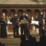 Imatge del solista Tiam Goudarzi juntament amb l'Orquestra Barroca Catalana