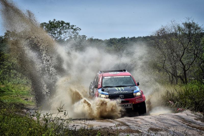 Nani Roma en els primers compassos de cursa amb el seu Toyota Hilux