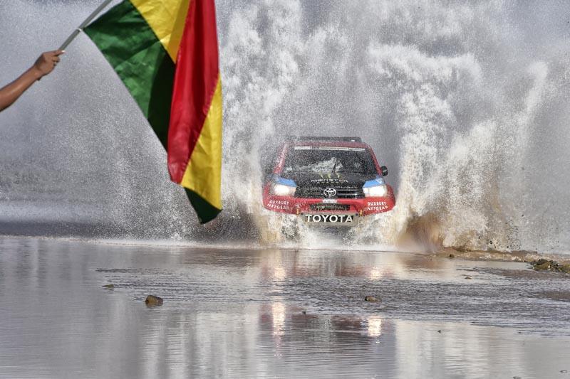 Nani Roma (Toyota Hilux) passa pel mig d'un riu immens en una de les etapes d'aquesta setmana