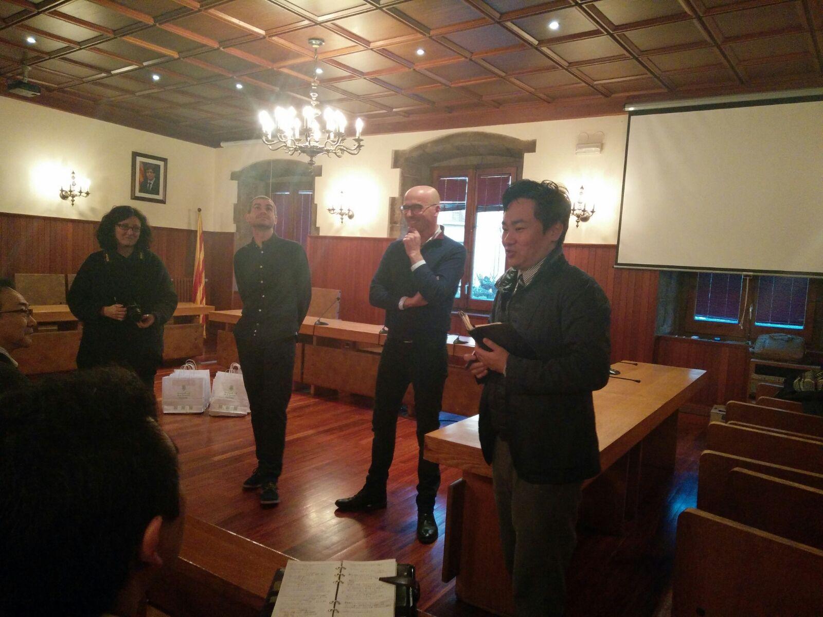 L'alcalde Xavier Sala i el regidor i president de la Mancomunitat de la Vall de Camprodon Xavier Juncà donant la benvinguda als membres de la Fundació Hamanasu