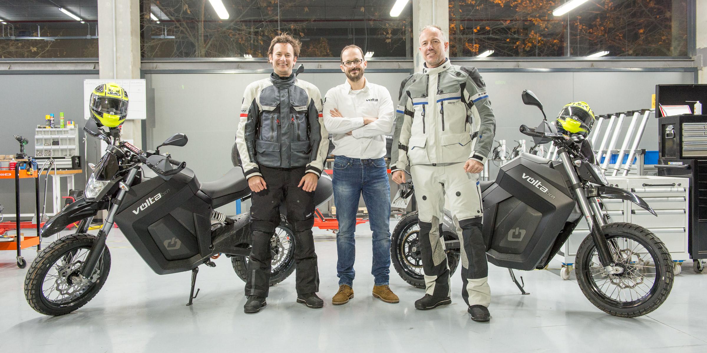 Bustelo i Bosch durant l'entrega de les motos elèctriques de la marca Volta