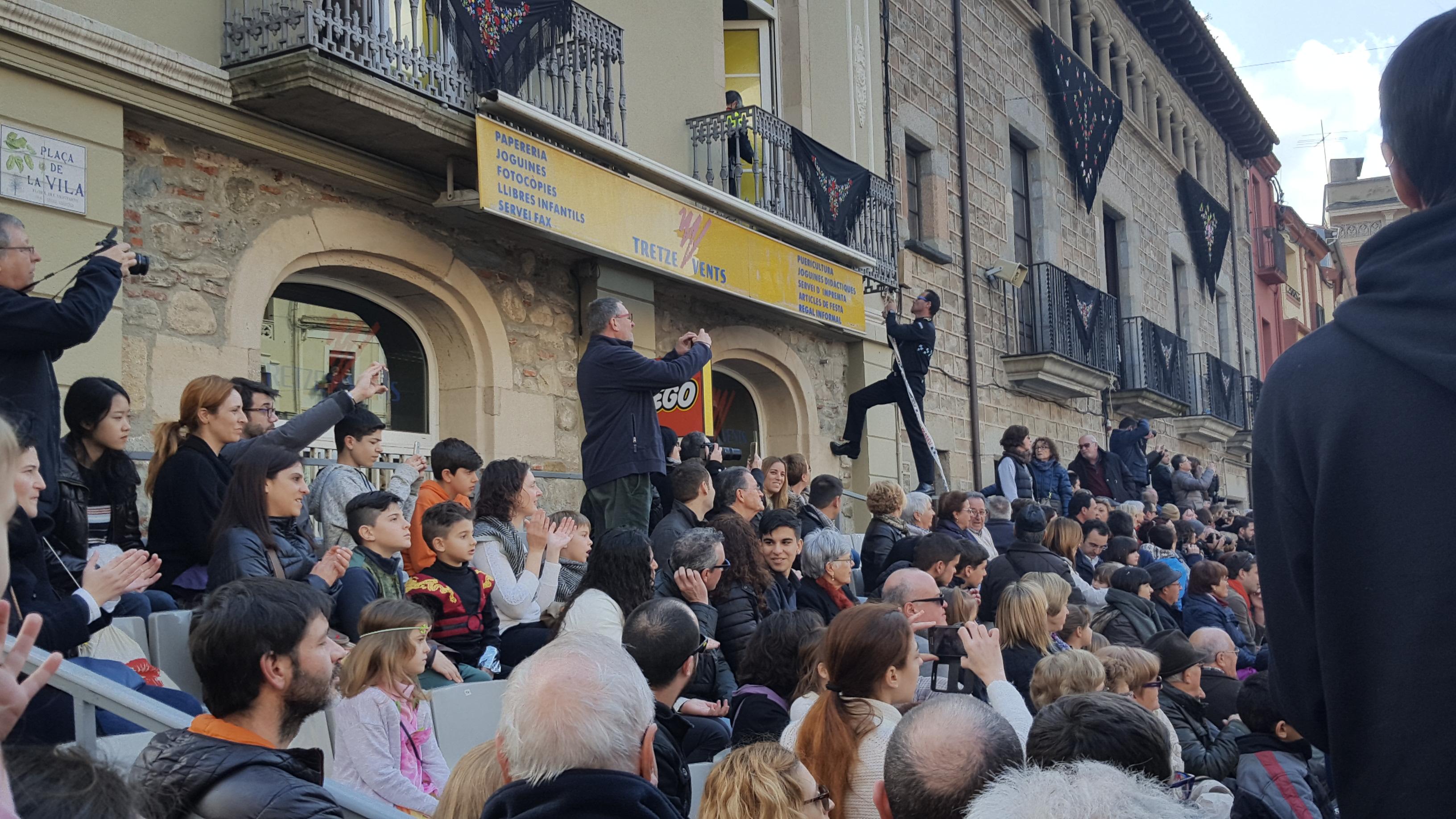 El cap de la Policia Local de Sant Celoni col·lacant una cinta de protecció quan la ballada ja s'ha reprès