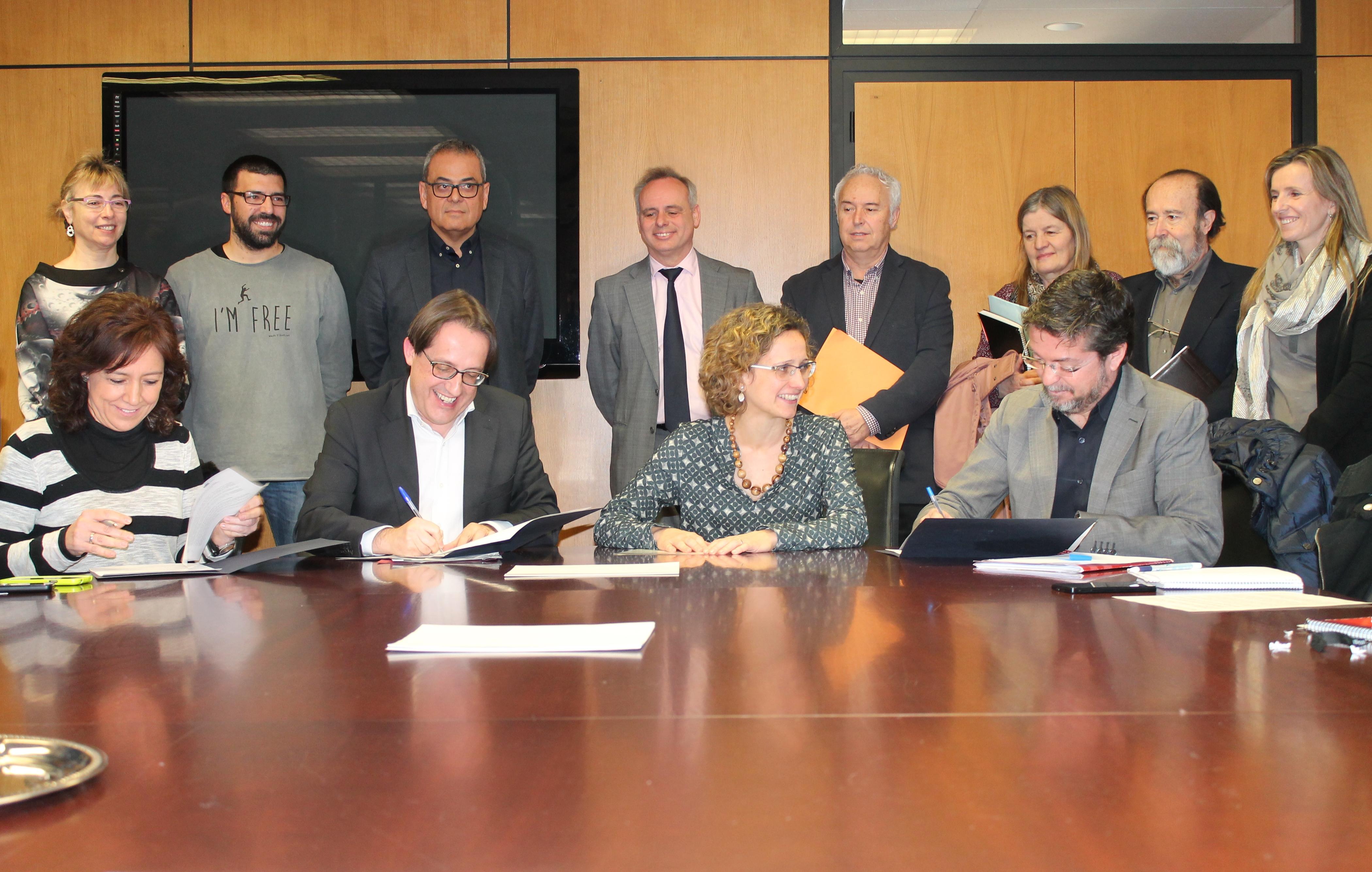 D'esquerra a dreta. Anna Erra, la presidenta de la comissió d'Ensenyament de l'Associació Catalana de Municipis; Antoni Llobet, secretari de Polítiques Educatives; Meritxell Ruiz, consellera d'Ensenyament; i José Antonio Montero, president de la comissió d'Educació de la Federació de Municipis de Catalunya, durant la signatura de l'acord