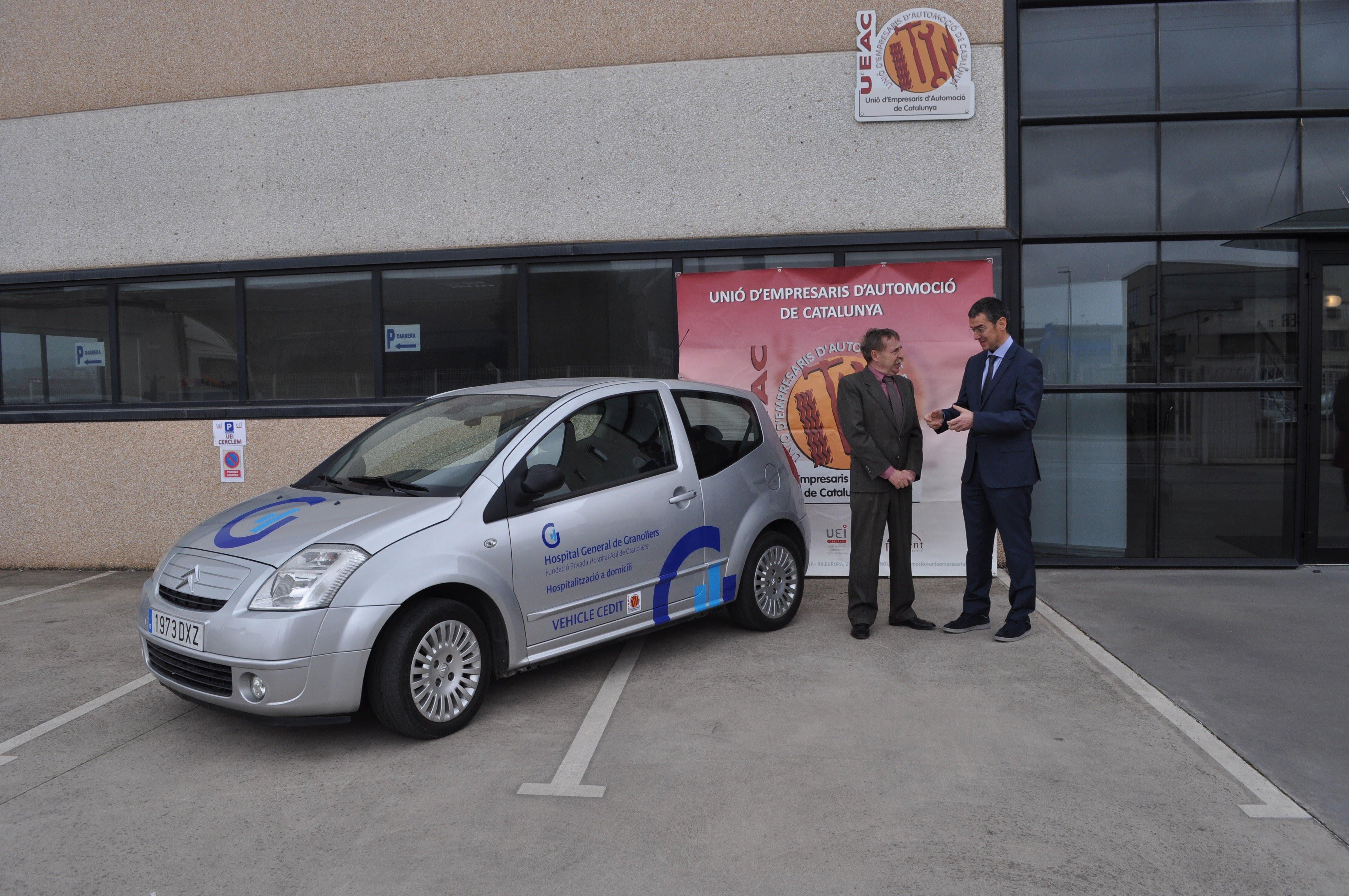 El president de la UEAC, Domigo Comas, i el director general de l'Hospital, Rafael Lledó, amb el vehicle donat