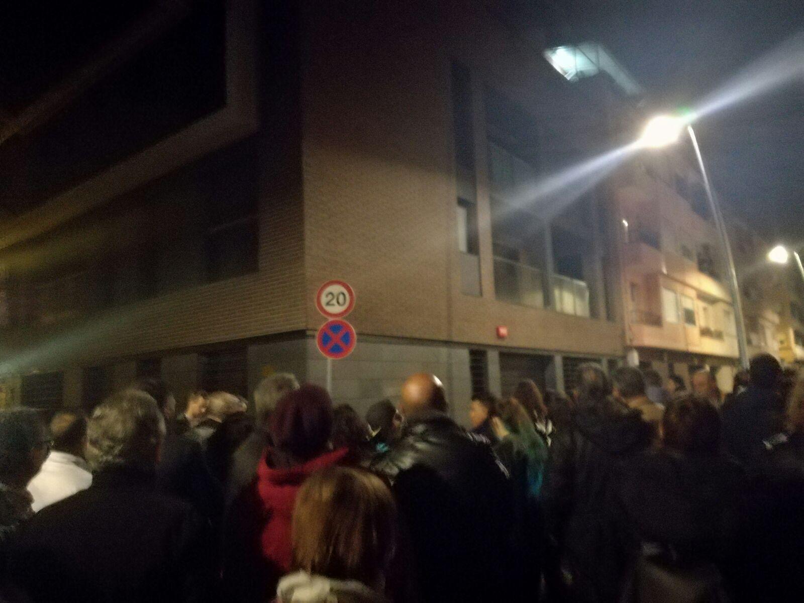 Veïns concentrats davant del bloc ocupat, divendres al vespre