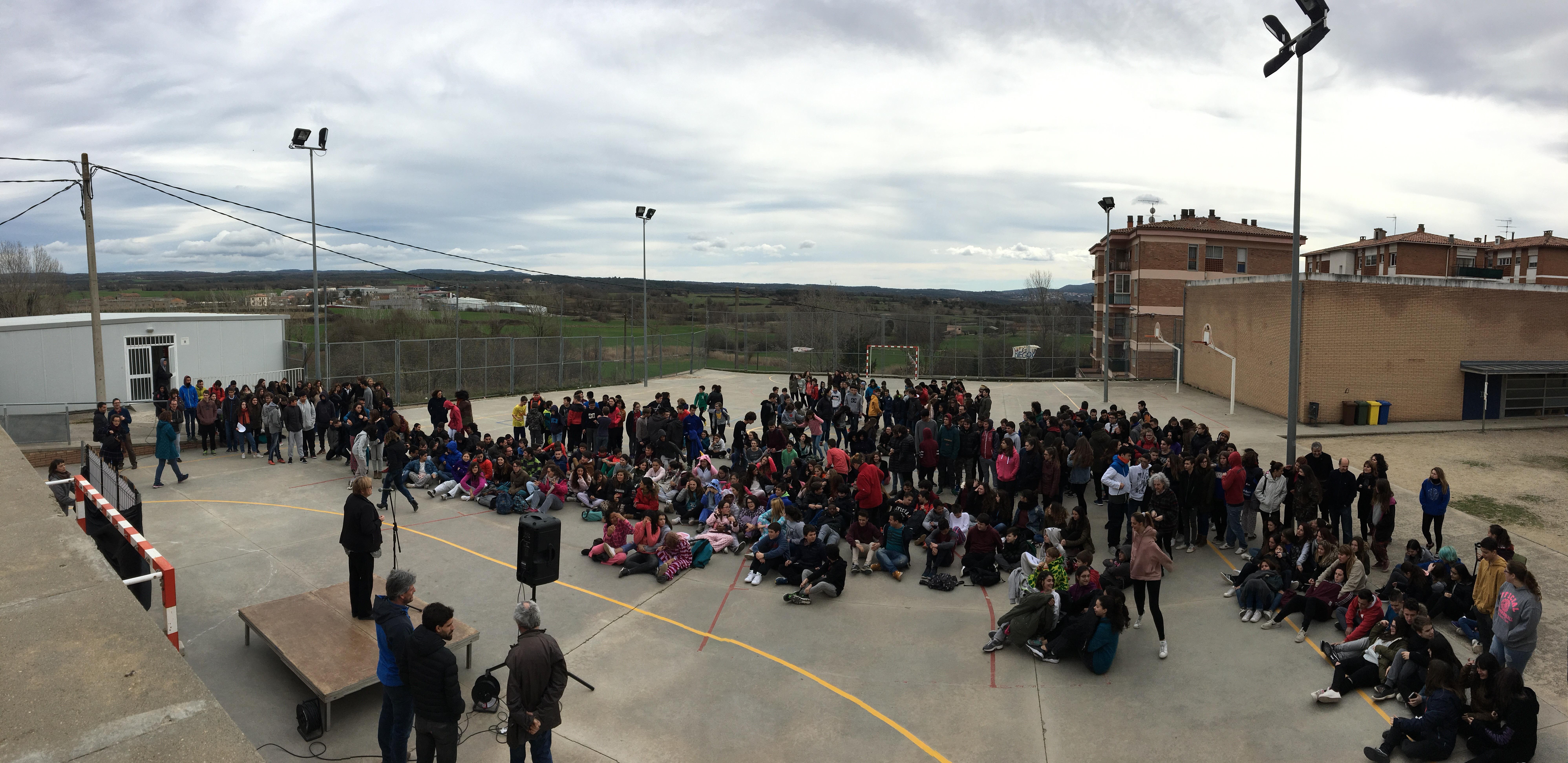 """Presentació de la campanya """"Que no decaigui la festa!"""" a l'IES Moianès davant de 400 alumnes d'ESO i Batxillerat"""