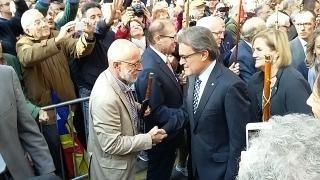 Artur Mas saluda l'alcalde de Sant Celoni. Francesc Deulofeu, durant la concentració convocada arran de la declaració de l'expresident en el sumari obert pel 9N