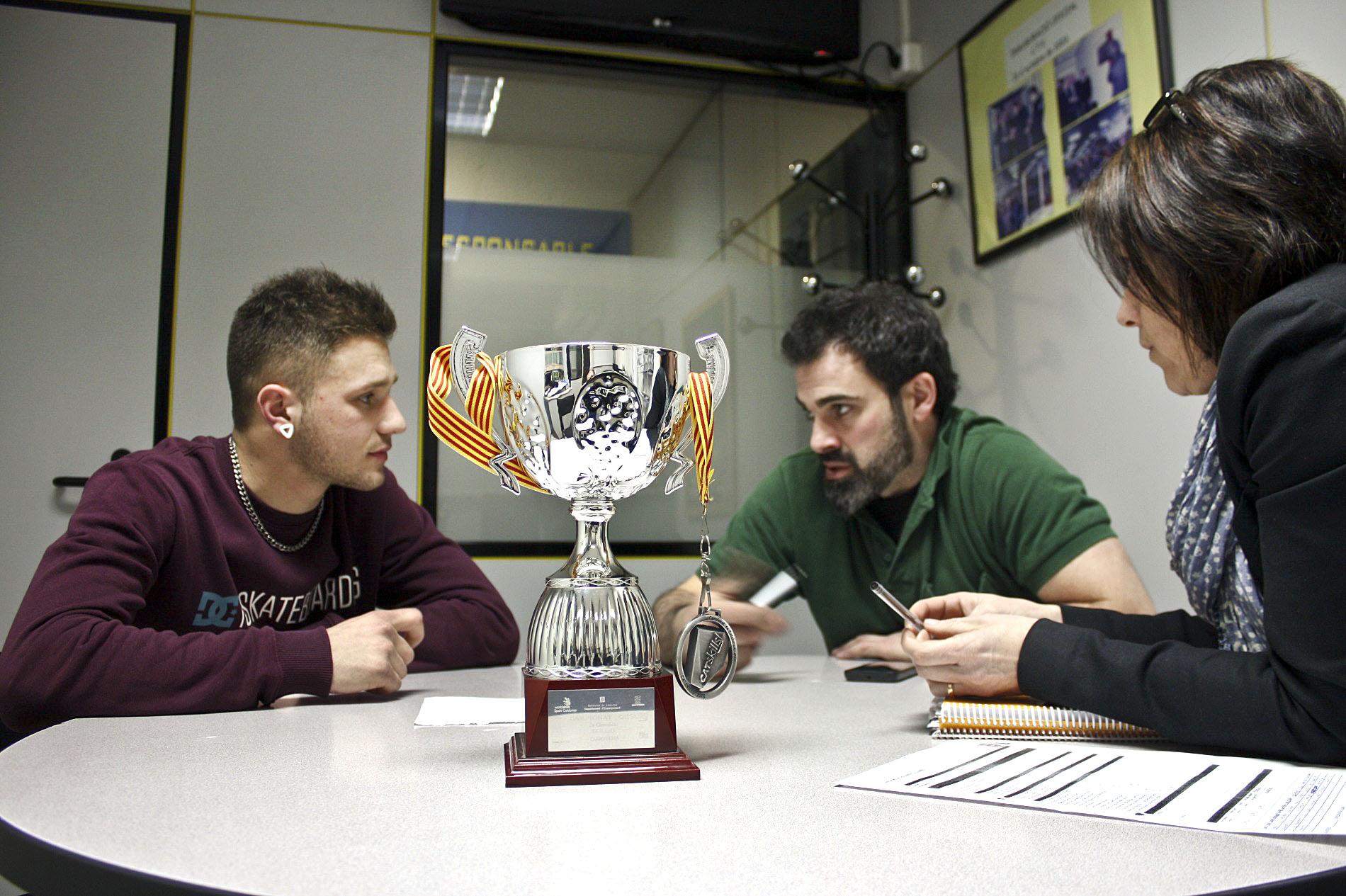 D'esquerra a dreta, Marc Cobos amb Jonatan Martínez, el tutor, i Marina Luaces, directora del Centre Tècnic Vallès