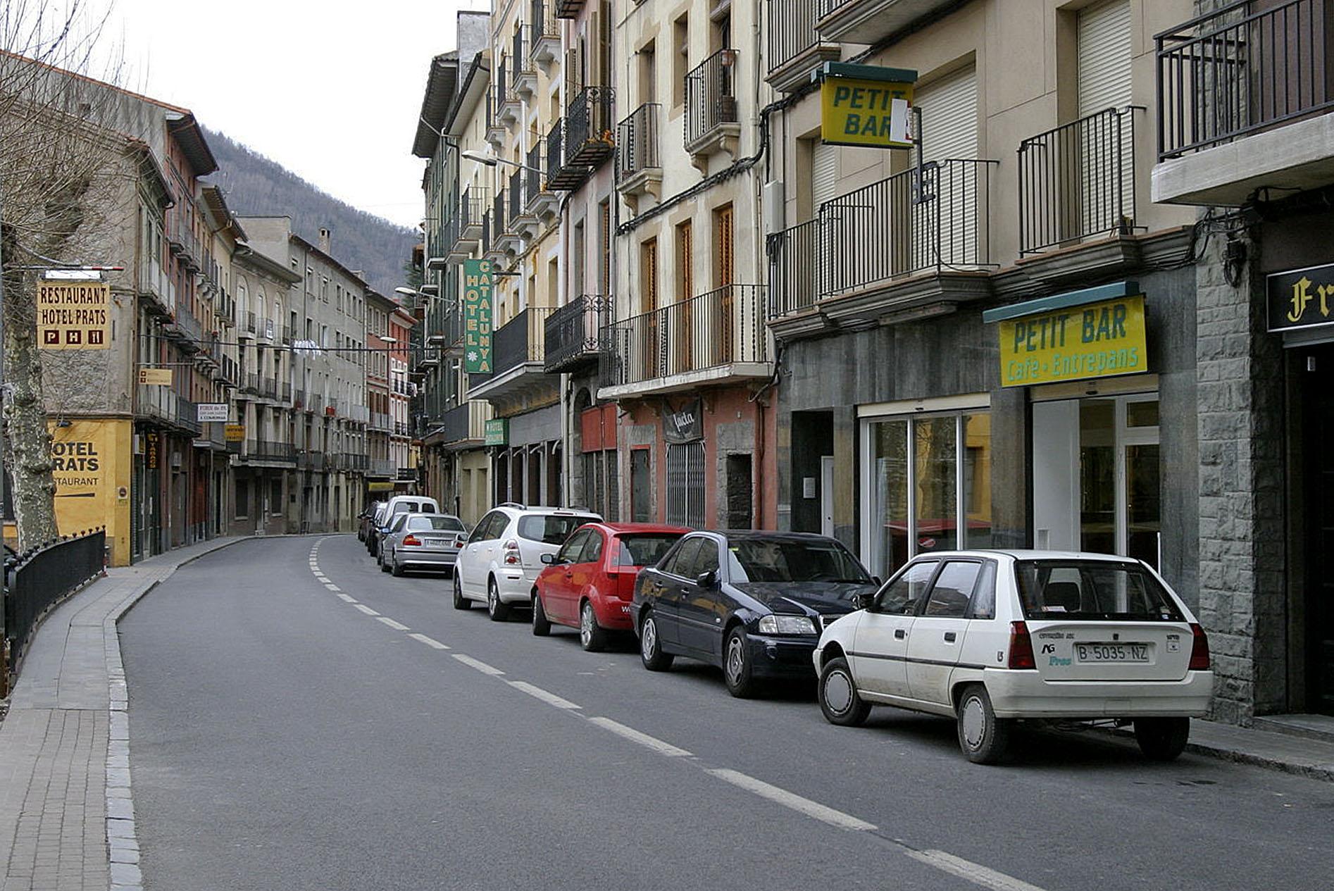 Imatge d'arxiu de vehicles aparcat al centre de Ribes