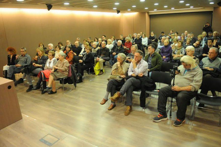 La Sala d'actes del CEMAV s'ha omplert per seguir la conferència / Ramon Ferrandis