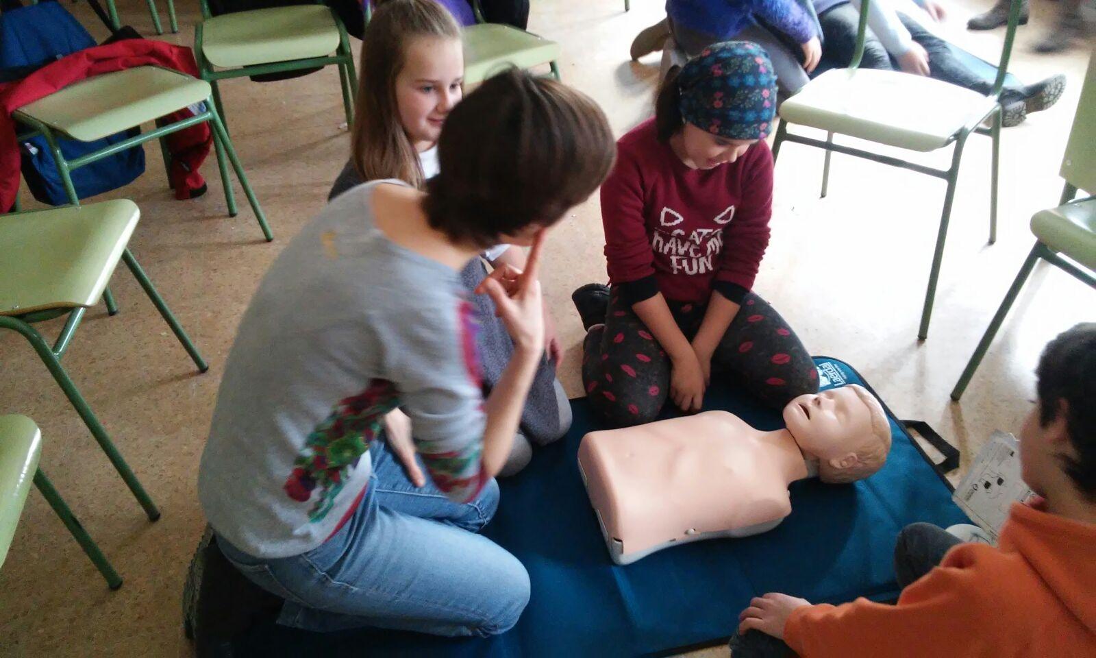 Taller de primers auxilis en una escola del Ripollès