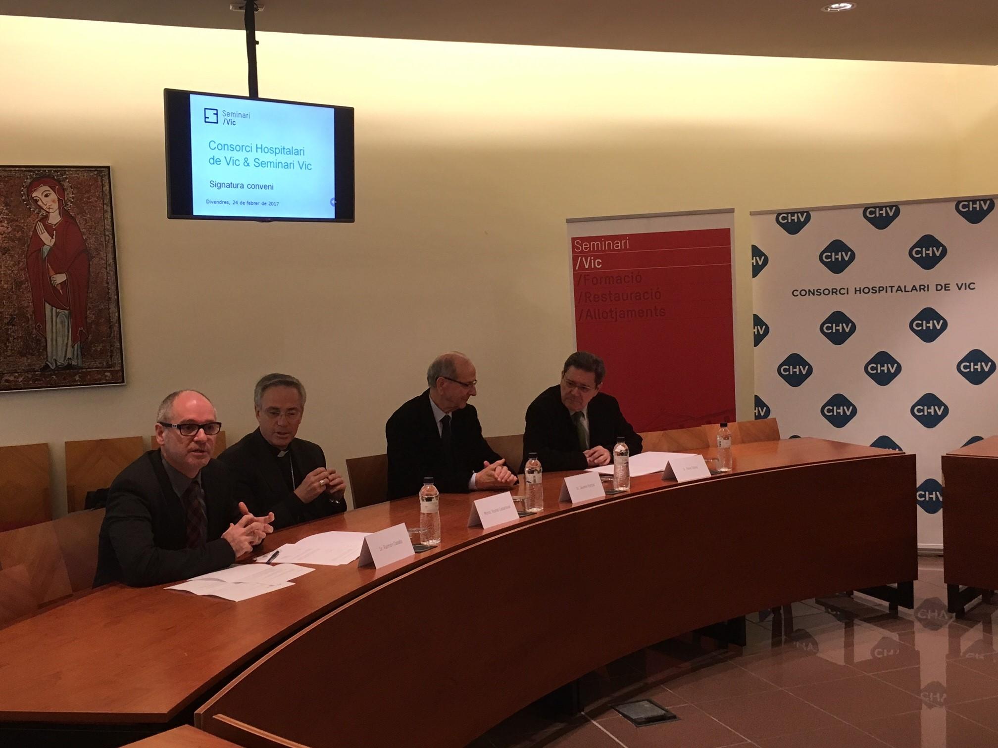 D'esquerra a dreta: El gerent del Seminari Vic, Raimon Casals; el Bisbe de Vic, Mons. Romà Casanova;  el president del CHV, Jaume Portús i el director general, Pere Soley