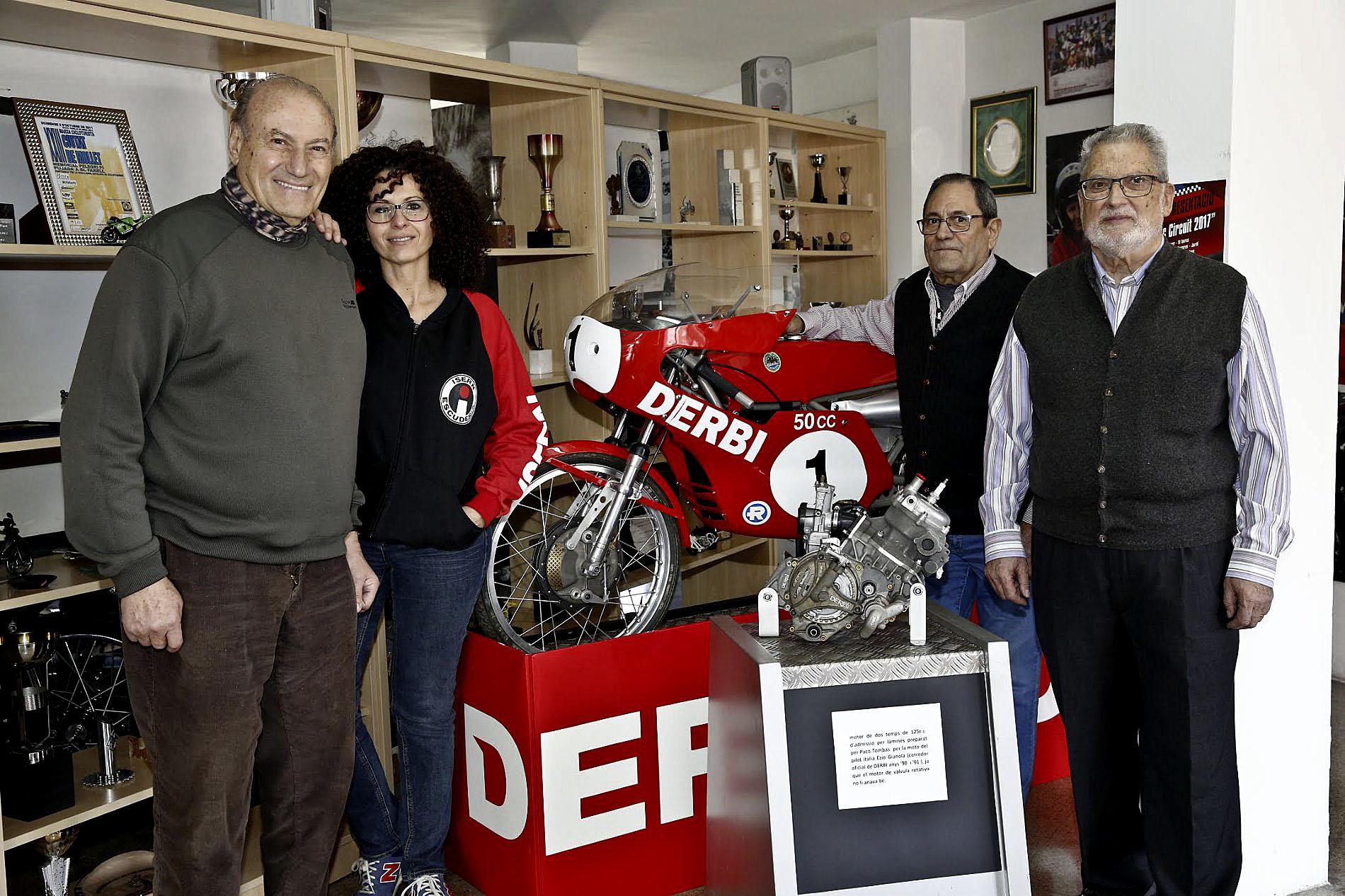 D'esquerra a dreta, Josep i Glòria Isern, Toni Palau i Ramon Farré, al costat d'un motor en què va treballar Tombas