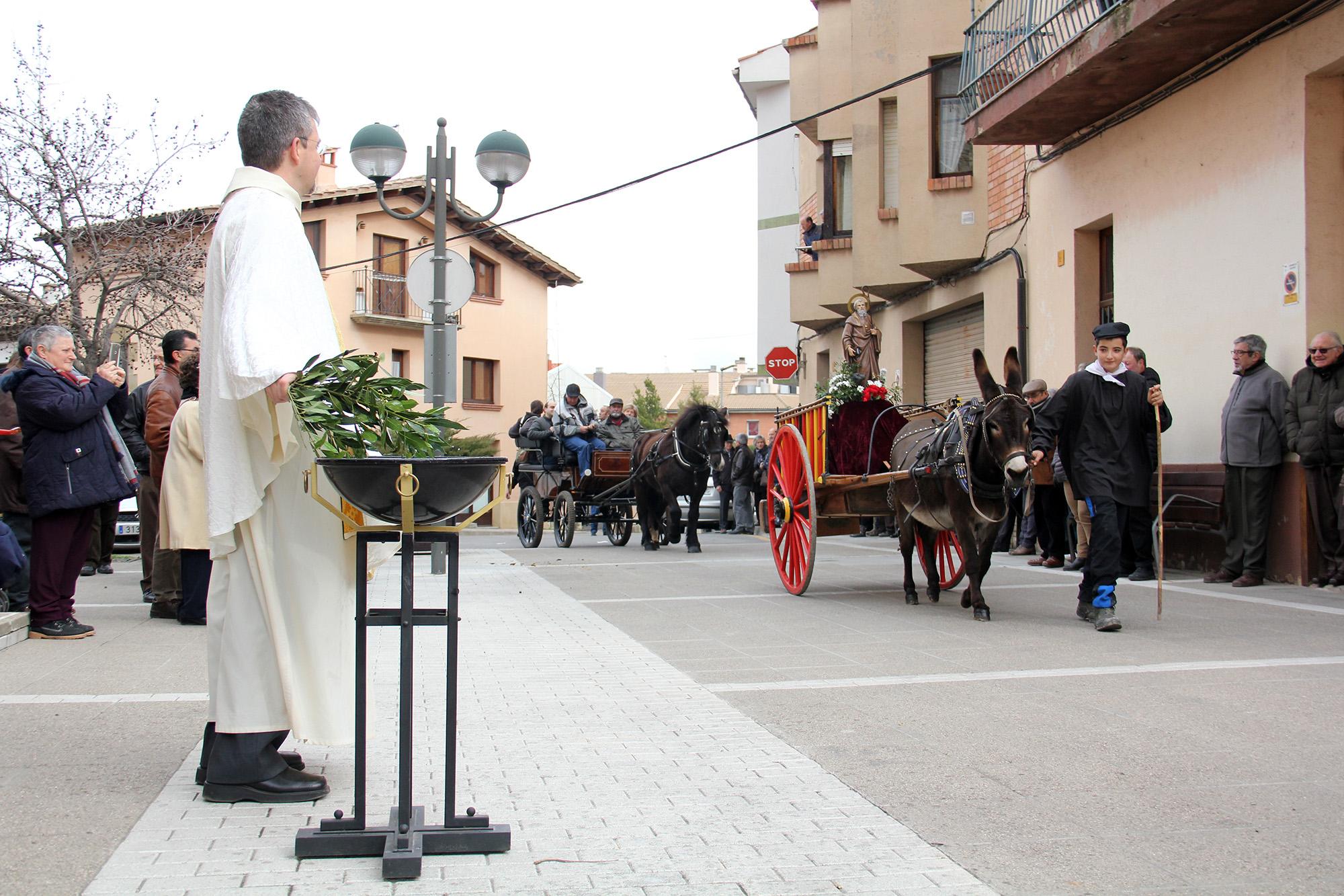 El passant dels Tonis per davant de l'església