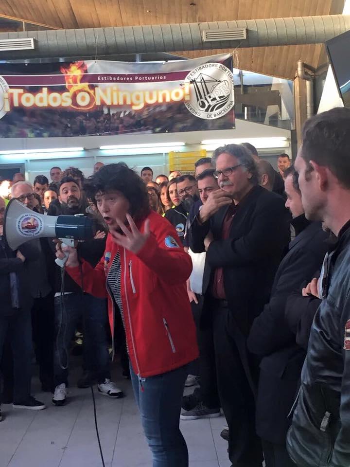 Teresa Jordà adreçant-se als estibadors del port de Barcelona aquest divendres al matí