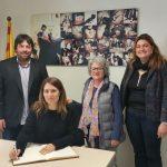 La delegada del Govern, Laura  Vilagrà, signa al Llibre d'Honor de l'ajuntament de Prats de Lluçanès