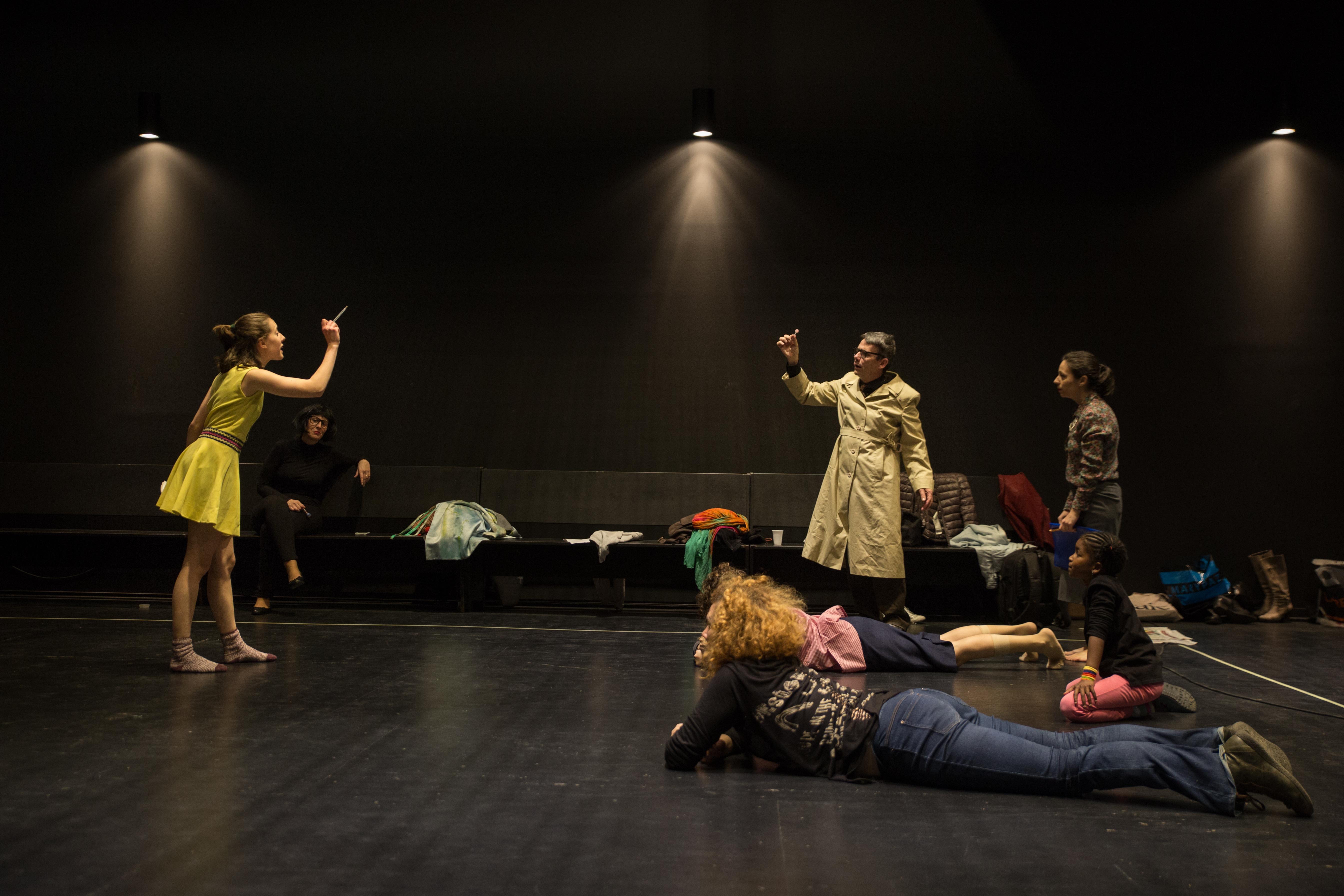 Un grup d'actors en un dels assajos de l'obra