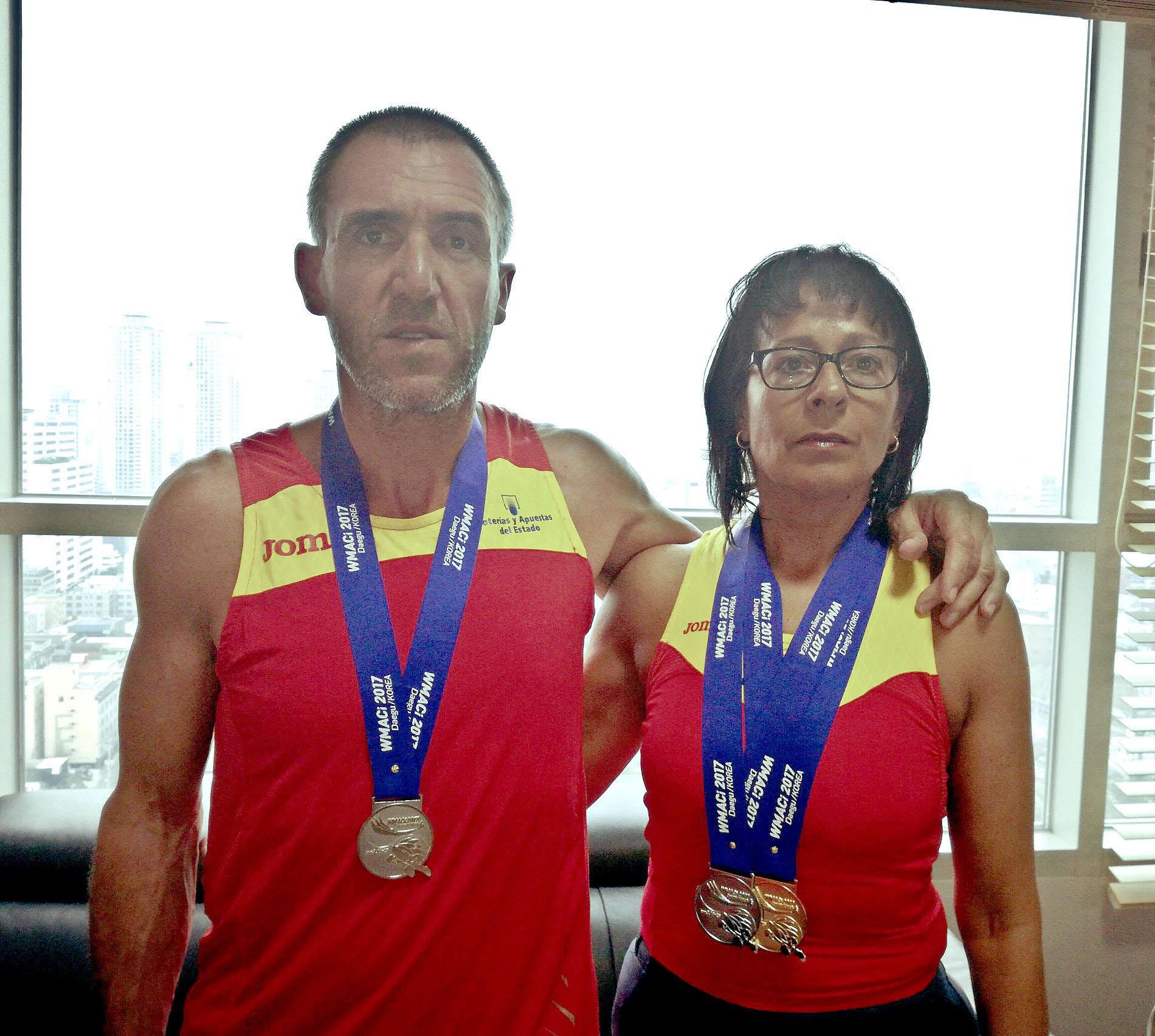 Andreu Vilarrasa i Àngels Noell, amb les medalles obtingudes al Mundial de Corea del Sud