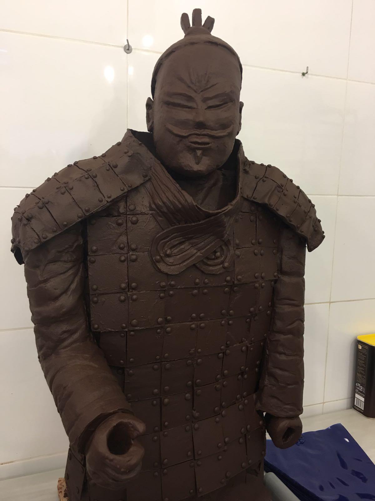 Imatge parcial del guerrer, que té exposat a l'aparador de la nova botiga